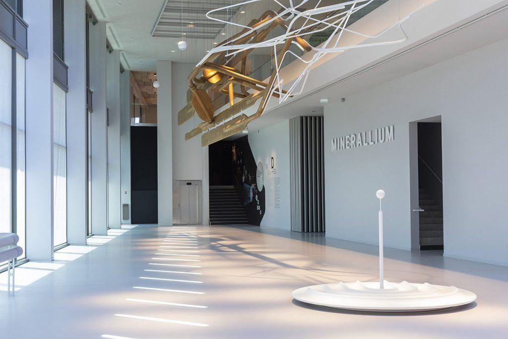 Hall du Fonds de Dotation Roullier : vue sur l'immense sculpture et entrée du Minerallium